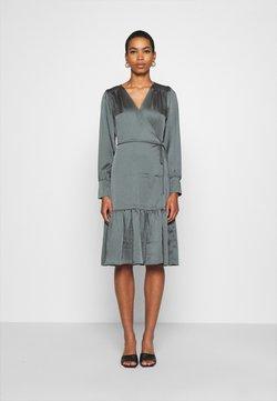 JUST FEMALE - MINNIE WRAP DRESS - Kjole - balsam green