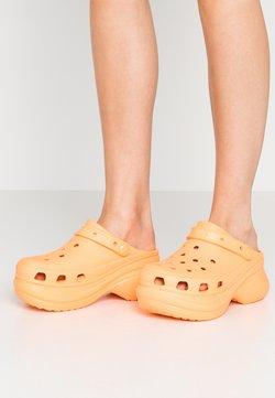 Crocs - CLASSIC BAE  - Pantolette hoch - cantaloupe