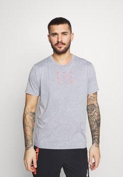 Under Armour - RUN ANYWHERE - Camiseta estampada - steel