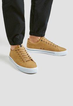PULL&BEAR - Sneaker low - mustard yellow
