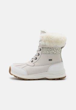 UGG - ADIRONDACK LEOPARD - Snowboot/Winterstiefel - white