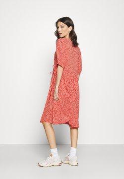 Monki - YOANA DRESS - Hverdagskjoler - red