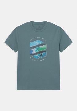 Rip Curl - ACTION SHOT - T-shirt imprimé - mid blue