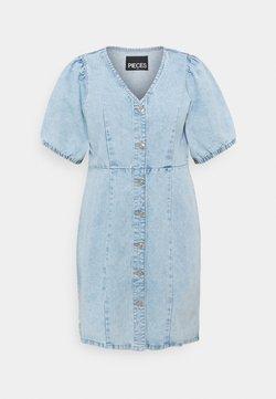 Pieces Curve - PCGILI V NECK COLOUR DRESS  - Jeanskleid - light blue denim