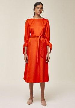 IVY & OAK - MIT SCHLEIFENDETAIL - Sukienka letnia - mandarin red
