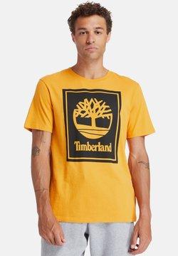 Timberland - YC CORE+ SS STACK - Printtipaita - dark cheddar/black