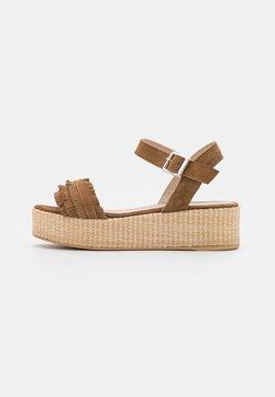 Trendyol - Korkeakorkoiset sandaalit - tobacco
