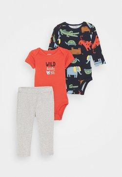 Carter's - WILD ONE SET - Spodnie materiałowe - dark blue/red
