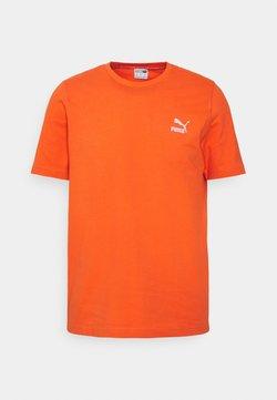 Puma - CLASSICS EMBRO TEE - T-shirt z nadrukiem - tigerlily