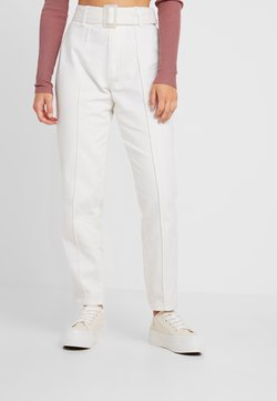 Missguided Petite - WHITE RIOT FRONT SEAM SELF BELT - Slim fit jeans - white