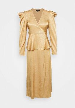 Who What Wear - BELTED PEPLUM DRESS - Sukienka koktajlowa - toffee