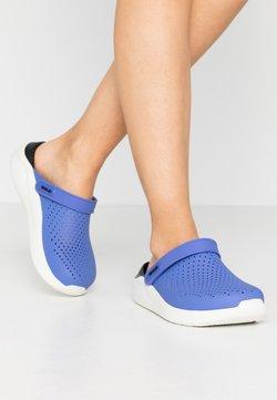 Crocs - LITERIDE - Pantolette flach - lapis/white
