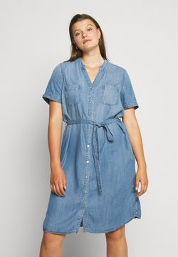 ONLY Carmakoma - CARUSH LIFE KNEE DRESS - Jeanskleid - light blue denim
