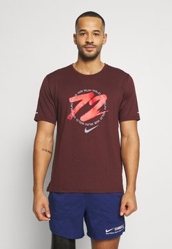 Nike Performance - MILER - T-shirt imprimé - mystic dates/chile red/white/reflective silver