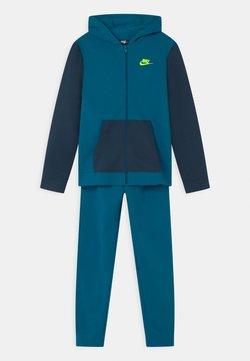 Nike Sportswear - CORE SET - Survêtement - green abyss/deep ocean/volt