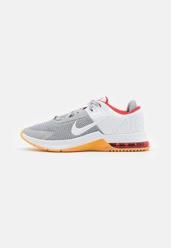 Nike Performance - AIR MAX ALPHA TRAINER 4 - Kuntoilukengät - light smoke grey/white/chile red/yellow