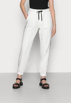 Calvin Klein - HYBRIDELASTICATED CUFF JOGGER - Jogginghose - white