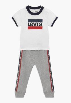 Levi's® - SLOUCHY SET - Pantalon de survêtement - white