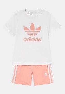 adidas Originals - SET UNISEX - T-shirt imprimé - white/haze coral
