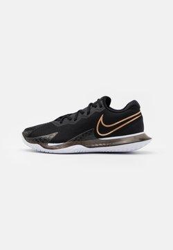 Nike Performance - AIR ZOOM VAPOR CAGE 4 - Scarpe da tennis per tutte le superfici - black/metallic red bronze/white