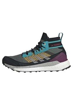 adidas Performance - FREE HIKER BOOST PRIMEKNIT HIKING SHOES - Obuwie do biegania treningowe - green