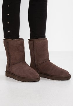 UGG - CLASSIC SHORT - Stiefelette - chocolate