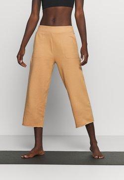 Nike Performance - OFF MAT CROP PANT - Pantalones deportivos - praline/shimmer