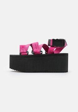MOSCHINO - Korkeakorkoiset sandaalit - lampone