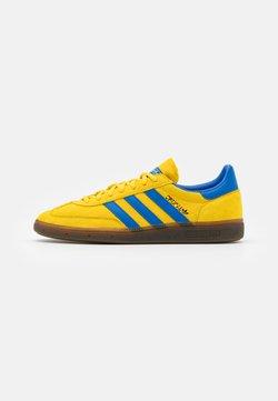 adidas Originals - HANDBALL SPEZIAL TERRACE SHOES UNISEX - Sneaker low - glow/blue