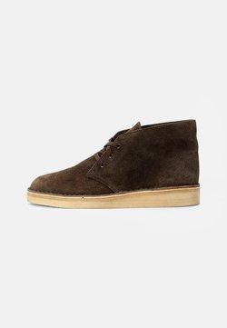 Clarks Originals - DESERT COAL - Sznurowane obuwie sportowe - olive