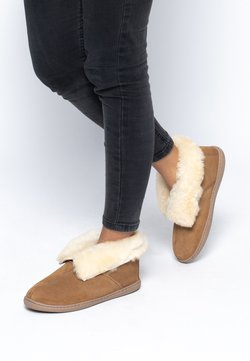 Minnetonka - SHEEPSKIN ANKLE BOOT - Chaussons - tan