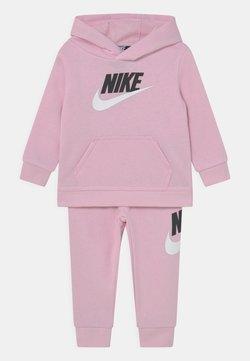 Nike Sportswear - HODIE SET UNISEX  - Trainingsanzug - pink foam