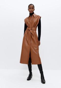 Uterqüe - MIT GÜRTEL - Korte jurk - brown