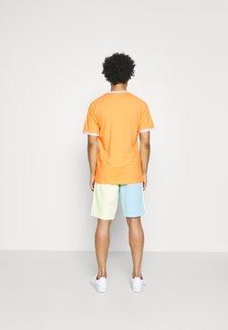 adidas Originals - STRIPES TEE - T-shirt z nadrukiem - hazy orange