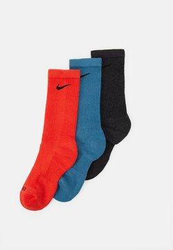 Nike Performance - EVERYDAY PLUS CUSH CREW 3 PACK UNISEX - Sportsocken - chile red/riftblue/black heather