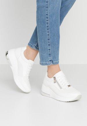 billiga sneakers med kilklack
