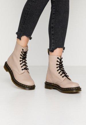 Dr. Martens Schuhe in Beige online bestellen | Beige Schuhe