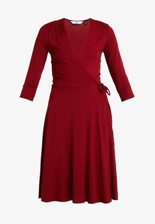 WRAP DRESS - Robe en jersey - berry