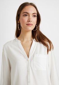 Zalando Essentials Maternity - Skjorte - off-white - 3